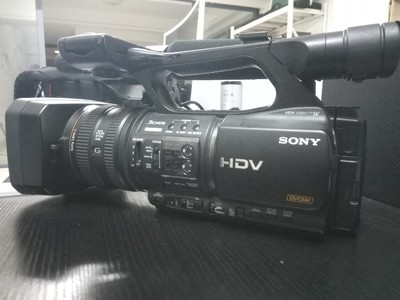 全套索尼 HVR-Z5C高清摄像机  带有记录单元箱子电池充电器