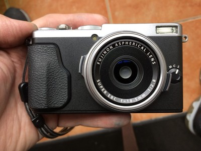 出一台全包装近全新的富士X70数码相机