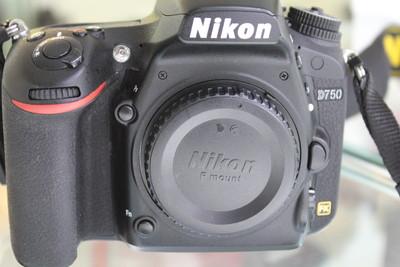 出一台包装齐全的尼康 D750
