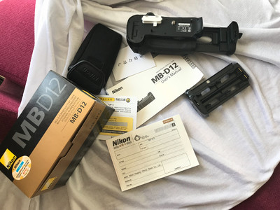 尼康 MB-D12,包装配件说明书齐全,赠送手柄专用快装板一块。