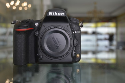 出一台成色非常新有包装的尼康 D750