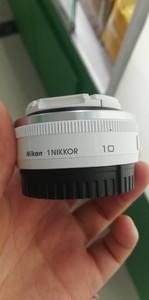 出一支包装齐全的尼康 1 尼克尔 AW 10mm f/2.8