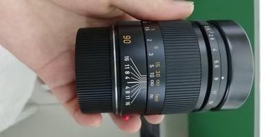 出一支成色非常好的徕卡Summarit-M 90 mm f/ 2.5
