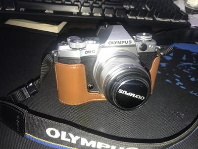奥林巴斯 E-M5 二代  俩个镜头 45 1.8