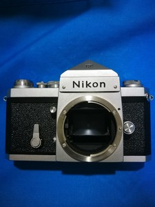 Nikon 大F 尖顶,成色极新。1480元。慢门不灵。