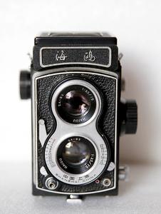 带包装盒的海鸥4B双反相机,780元。