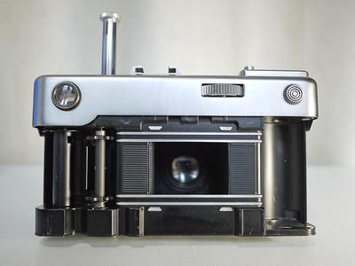 出两台福伦达 Bessaflex TM M42卡口单反和天线