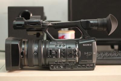 索尼 AX2000E 2张64卡 三角架 电池 科玛灯 包 控制器