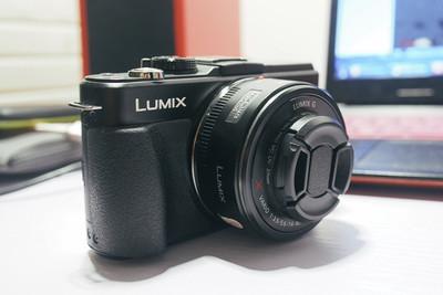黑色松下 GX1 带Lumix X 14-42mm f/3.5-5.6饼干变焦镜头
