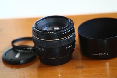 佳能50F1.4带丰富的附件,镜片完美