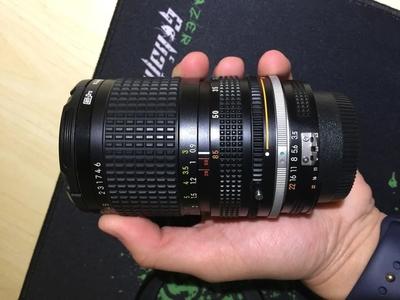 出收藏成色尼康AIS 28/85变焦镜头,附带原厂金属遮光罩。